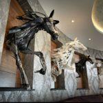 Скульптор Саяка Ганц создает инсталляции из ненужных и сломанных вещей