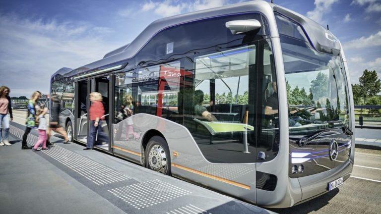 v-avtobuse-pokazala