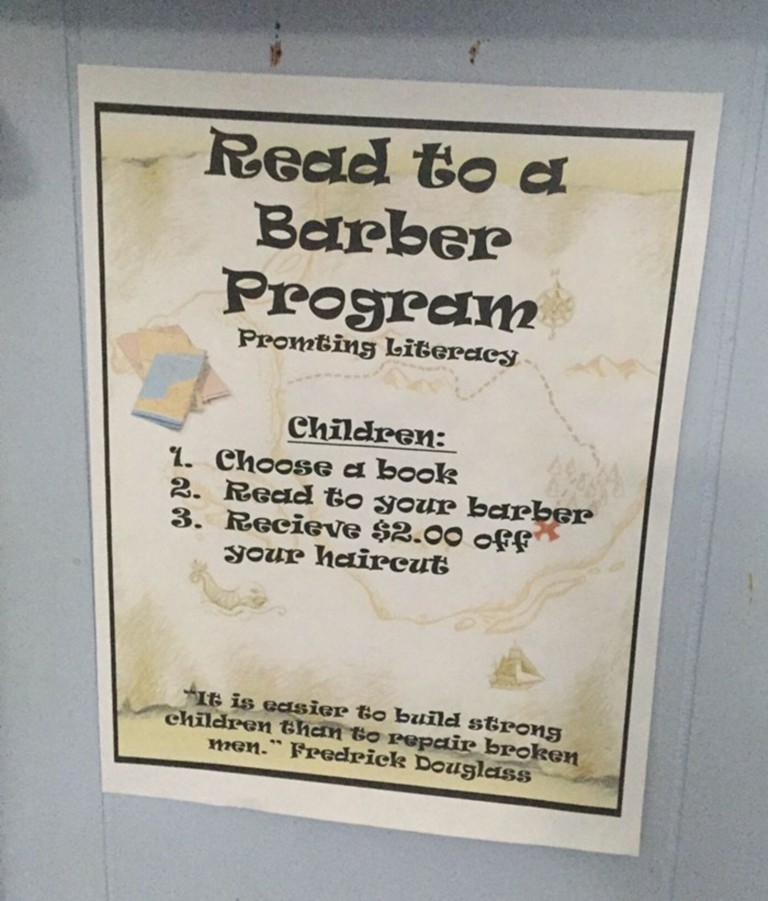 Эта парикмахерская дает скидку детям, которые читают книжки вслух пока их стригут