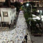 Река из 10000 светящихся книг заполонила улицу в Торонто