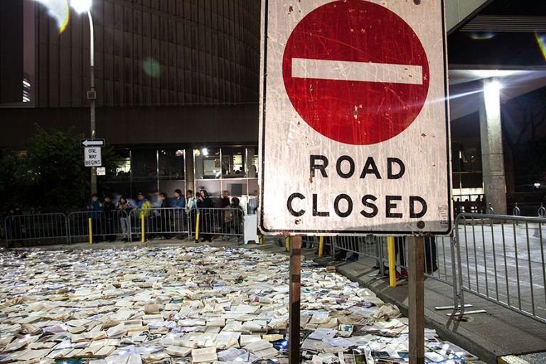 """Река из 10000 светящихся книг заполонила улицу в Торонто """"Литература против трафика"""""""