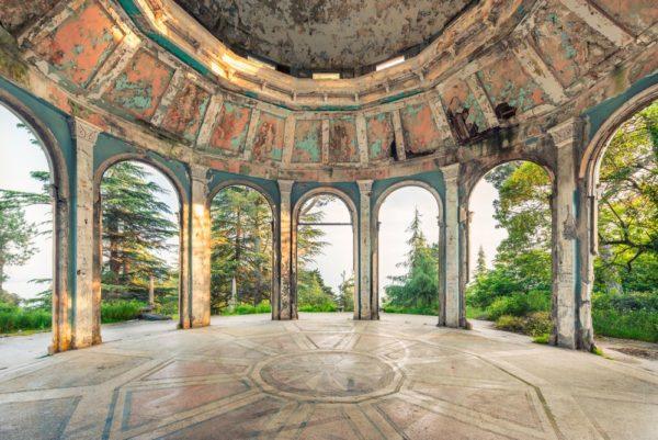 Фотограф Орельен Виллет показал разрушающуюся архитектуру Абхазии