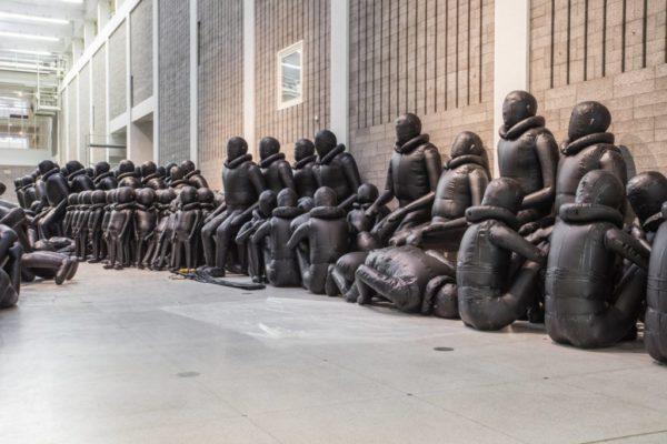 Художник Ай Вэйвэй заставляет посмотреть на проблему с беженцами своей новой инсталляцией
