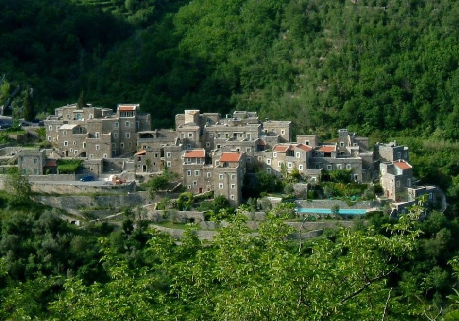 Колетта-ди-Кастельбьяно - современная каменная деревня