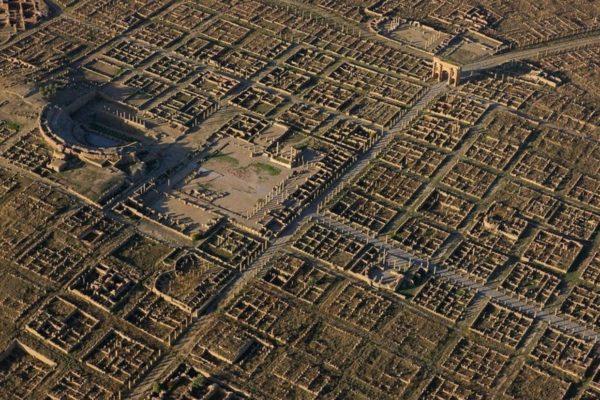 Тимгад - древний римский город с сохранившейся перпендикулярной застройкой
