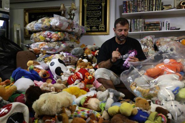 Рэми Адхэм Этот человек провозит контрабандой игрушки в Сирию для детей, осиротевших войной factinteres.ru