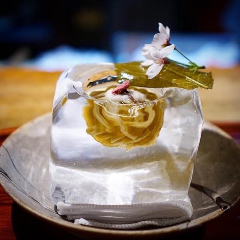 В японском ресторане подают блюда в ледяных горшочках