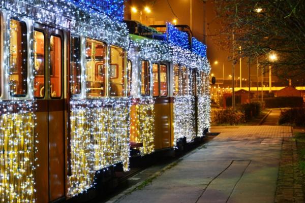 Каждый год в Будапеште украшают трамвай 30000 лампочек