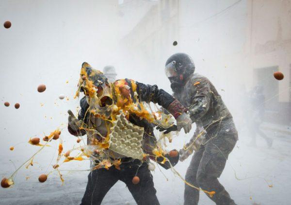 В испанском городе Иби прошла яично-мучное побоище Els Enfarinats