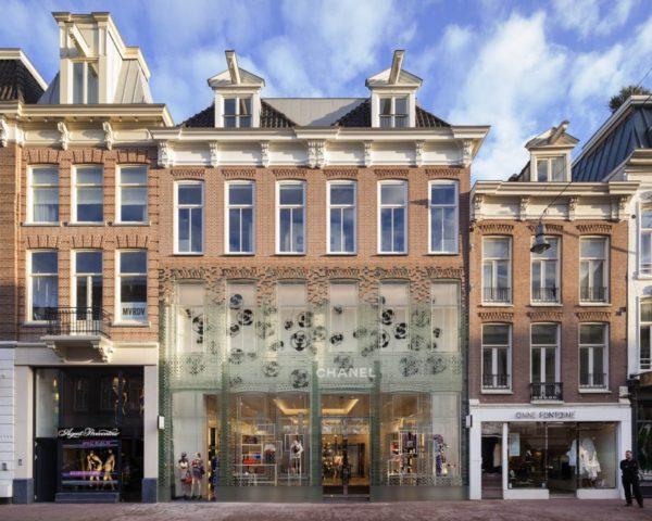 В Амстердаме заменили фасад здания бутика Chanel