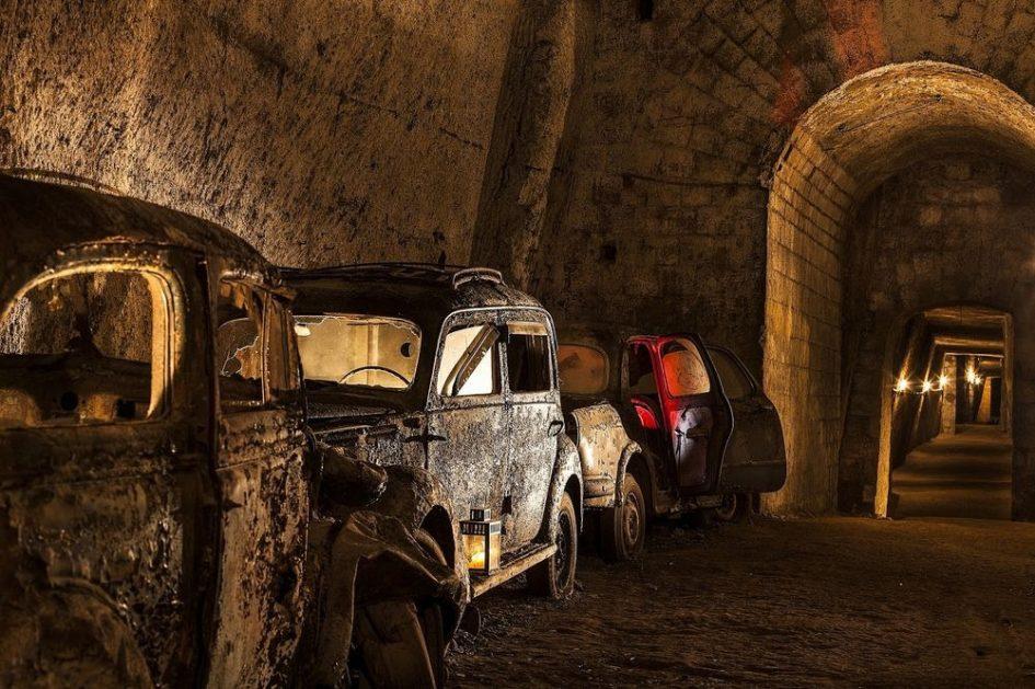 Забытый тоннель под Неаполем, заполненный винтажными автомобилями