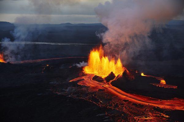 Фотограф Аксель Сигурдарсон показал крупнейшее за последние 200 лет извержение вулкана в Исландии