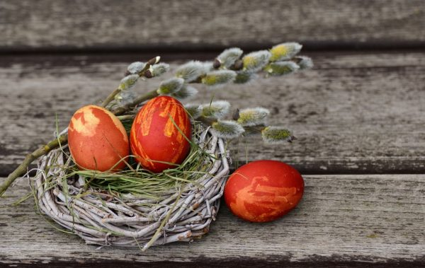 Красим пасхальные яйца: 10 интересных способов
