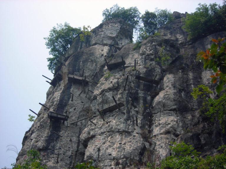 Висячие гробы китайских народов Бо и Гуй