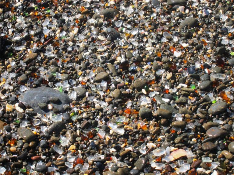 Гласс Бич - стеклянный пляж из мусорной свалки