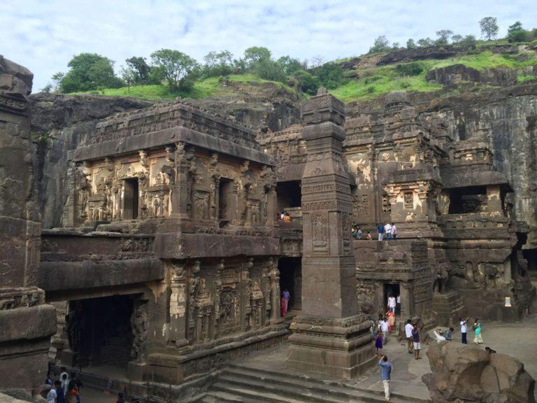 Храм Кайласа - самый большой монолитный храм в мире